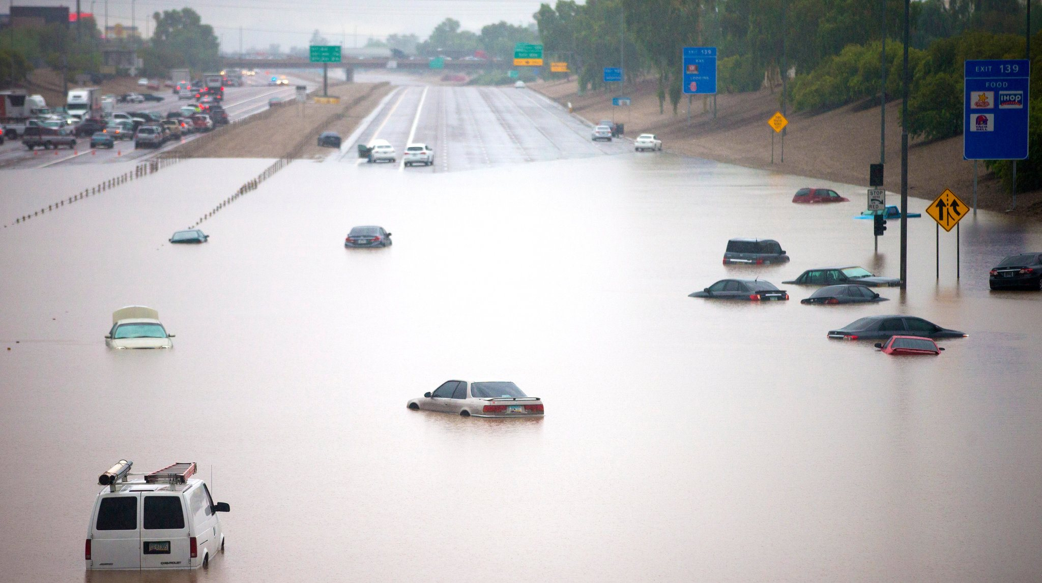 Phx-freeway-flood_credit-Michael-Chow_AZRepublic